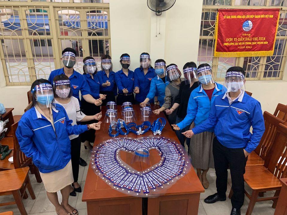 """Những hình ảnh đẹp của Đoàn thanh niên thành phố, sáng tạo """" mặt lạ nhựa chống giọt bắn trực tiếp"""" của Đoàn TN BV HN Việt Tiệp đã được Đoàn thanh niên thành phố nhân rộng và phát huy hiệu quả trong cộng đồng khi sử dụng đúng cách."""